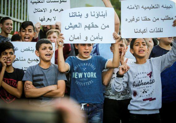 ועד ההורים ב שכונת עיסאוויה ב מזרח ירושלים השבית את הלימודים, וילדי השכונה נשארו בבתיהם זה היום השני במסגרת המחאה נגד המשך הפעילות המשטרתית בשכונה, ו מעצר תלמיד ב בית ספר ביום שבת.    הפגנה הפגנות ילדים מחאות מפגינים ילד שביתה שביתות מעצרים *** Local Caption *** מדובר בתמונה של ילדים / קטינים. זהירות מוגברת. לא לשימוש בהקשר שלילי או מבזה. לא לשימוש כאילוסטרציה